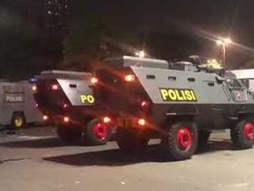球员只能坐装甲车离开,印尼世预赛输球引发球迷疯狂抗议